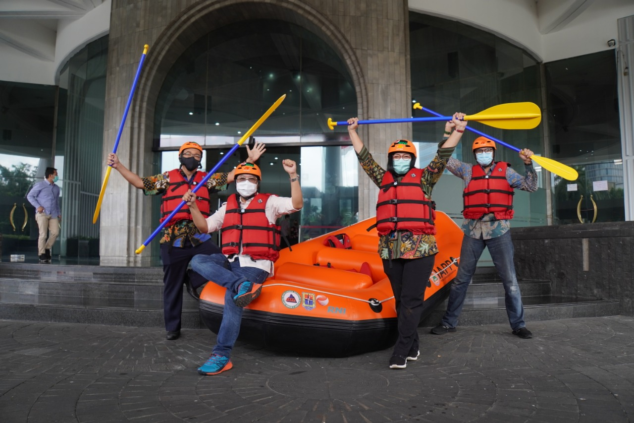 RNI Peduli: Penyerahan Simbolis Bantuan Perahu Karet dan Penanaman Pohon